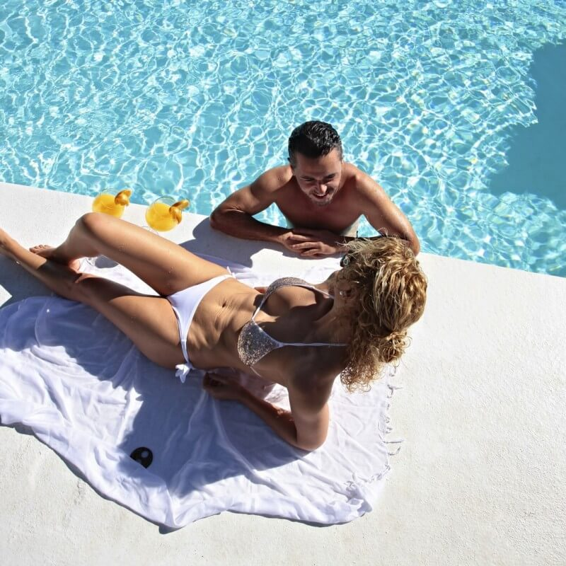 Pareja en la piscina del hotel all inclusive Marconfort Atlantic